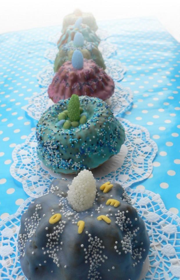 Bunte Kuchen in Reihe