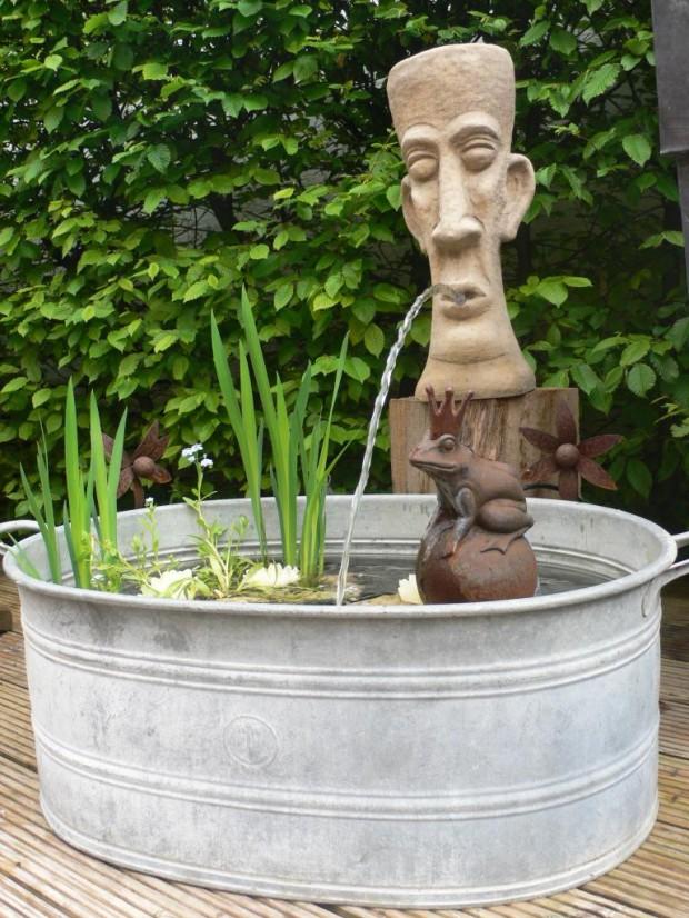 Kong und Track im Brunnen