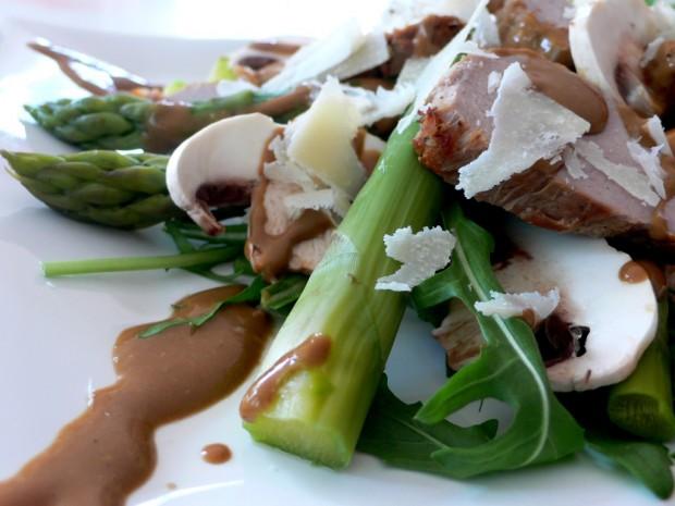 Ruccola Salat mit Schweinefilet und grünem Spargel